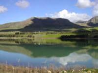 montagna che si rispecchia sul lago Poma  - Partinico (4347 clic)