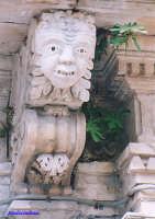 Palazzo Pizzo , particolare di una maschera  - Palazzolo acreide (1895 clic)