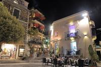 la piazzetta  sullo sfondo il  celebre  bar Turrisi  - Castelmola (5377 clic)