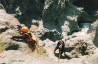 discesa nel letto del fiume  - Alcantara (3006 clic)