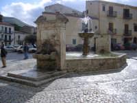 fontana seicentesca ottagonale della piazza di palazzo Adriano set naturale del film oscar NUOVO CINEMA PARADISO di G. Tornatore  - Palazzo adriano (7056 clic)
