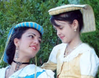 primo piano di due ragazze in abito albanese dove si possono vedere i particolari gioielli  - Palazzo adriano (3885 clic)