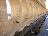 La Grande Fonte    Monumentale abbeveratoio fatto realizzare dal Principe Nicolò Branciforti sui ruderi di un antica fontana tra il 1649 il 1652. Dalla gente del posto è conosciuto con il nome di vintiquattru cannola per via delle 24 cannelle bronzee che riversavano la loro acqua nella vasca sottostante e che, secondo un cronista del Settecento, fu ispirato ad una fontana di Amsterdam.   - Leonforte (1454 clic)