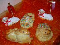 Pupi  cu l'ova Pupi cu l'ova e pecorelle di pasta di mandorle. Realizzazione artistica dei maestri pasticceri Liberto & Luigi Campisi   - Enna (7834 clic)