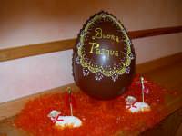 La Pasqua  Uovo di Cioccolato e pecorelle di pasta di mandorle. Realizzazione artistica dei maestri pasticceri Liberto & Luigi Campisi  - Enna (4998 clic)