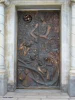 Portale del Santuario  Portone in bronzo del Santuario Madonna della Milicia eseguito su un'unica lastra di bronzo dal maestro Gennaro   - Altavilla milicia (2267 clic)