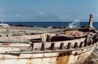 Relitto abbandonato sulla spiaggia. Un pezzo di storia giace.  - Marina di caronia (4893 clic)