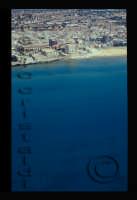 la costa e sullo sfondo la torre cabrera  - Pozzallo (4568 clic)