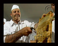 il rag. Paolo Pagliaro durante l'estrazione del miele dai telai  - Sortino (8294 clic)