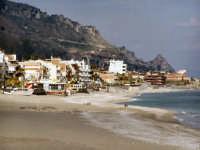 Il litorale con sfondo sul castello di S. Alessio.  - Letoianni (7647 clic)
