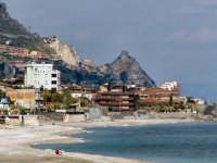 Il litorale con sfondo sul castello di S. Alessio.  - Letoianni (8491 clic)