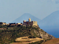 Panorama del Santuario di Tindari con vista dell'isola di Salina.  - Tindari (7476 clic)