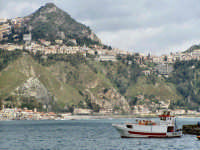 Vista di Taormina (ME) dal porto di Giardini Naxos (ME).  - Taormina (7880 clic)