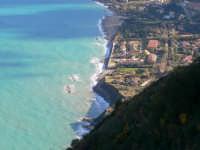 Vista del mare e del fenomeno erosivo della spiaggia e della costa, in località Calanovella. Foto dalla Guardiola del 21.12.2008  - Piraino (4324 clic)