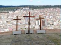 Le tre croci nella piazza antistante la chiesa di S. Maria dell'Alto, foto del 24.03.08  - Paternò (1440 clic)
