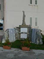 Il monumento ai caduti di tutte le guerre posto nella piazza antistante il Palazzo Municipale. Foto del 21.12.2008  - Piraino (3500 clic)