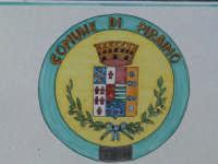 Particolare dello stemma in ceramica presente nella fioriera all'ingresso della Guardiola. Foto del 21.12.2008  - Piraino (3353 clic)