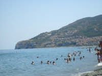 Spiaggia a Piraino Mare, con sullo sfondo Gioiosa Marea, foto del 22.08.2008  - Piraino (4496 clic)
