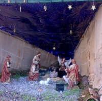 Un presepe moderno: i pastorelli, San Giuseppe, La Madonna, Gesù Bambino il bue e il gatto (quello nero). Foto nella Via del Sole di Gliaca del 19/12/2008  - Piraino (4052 clic)
