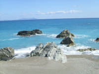 Scogli con sullo sfondo le isole, foto del 21.09.2008  - Capo d'orlando (5590 clic)