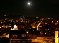 Il centro Urbano di Patenò, sotto la luna piena, foto del 13.12.2008 dal castello  - Paternò (2112 clic)