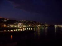 Vista notturna. foto del 20.06.2009  - Aci castello (3786 clic)
