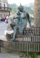 Statua in piazza Castello. foto del 20.06.2009  - Aci castello (4230 clic)