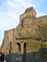 Il Castello visto dall'antistante piazza. foto del 20.06.2009  - Aci castello (3640 clic)