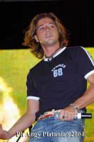 Giardino Bellini - Vodafone tour 2004 -  Il cantante Simone  - Catania (3214 clic)