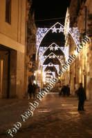 Una via del centro storico illuminata a festa...al contrario di alcune zone di Catania dimenticate dalle Istituzioni  comunali e tenute rigorosamente al buio... Ph Angela Platania  - Siracusa (1302 clic)