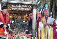 Festa di Sant'Agata 2005 - il fercolo attraversa piazza stesicoro. Omelia dell'arcivescovo Mons. S. Gristina  - Catania (2333 clic)
