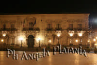 Il palazzo di Città -  foto Angela Platania - Sono pregati alcuni editori di giornali e siti web di non fregarsi le foto e non cancellare, dalle foto, la firma...   - Acireale (1503 clic)