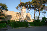 Il monumento ai caduti nella piazza antistante al castello di Lombardia che si intravede nello sfond