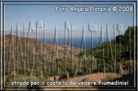 sulla strada impervia per raggiungere il castello di Fiumedinisi (impossibile da raggiungere con un auto normale)- Ph Angela Platania  - Fiumedinisi (4795 clic)