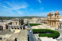 Cattedrale di Noto,uno dei simboli del Barocco siciliano.Giugno 2007 dopo 11 anni di restauri, a seguito del crollo avvenuto il 13 marzo 1996, viene restituito alla comunità uno dei beni più rappresentativi dell'arte siciliana.   - Noto (1881 clic)