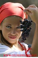 sagra della vendemmia: particolare di viso di donna con grappolo di uva  - Viagrande (16541 clic)