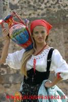 sagra della vendemmia: particolare di viso di donna con vestito tipico siciliano  - Viagrande (33627 clic)