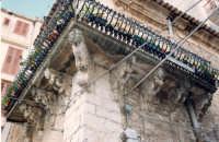 balcone del settecentesco Palazzo Greco con cariatidi scolpite in pietra  - Bivona (5272 clic)