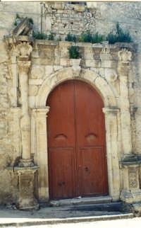 Portale barocco (1696)della chiesa di san Paolo, in attesa di un restauro.  - Bivona (4485 clic)
