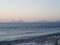 L'ombra di Lipari e Vulcano al tramonto, dalla spiaggia di Capo Calavà  - Gioiosa marea (7769 clic)