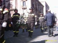 omaggio floreale dei vigili del fuoco di Catania alla sfilata del 3 Febbraio 2005 FESTA DI S.AGATA  - Catania (2506 clic)
