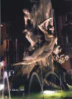 La bella fontana di Piazza Archimede, del Moschetti, è incentrata sul mito della ninfa Aretusa che, immergendosi nel fiume, venne sorpresa dal pastore Alfeo, che se ne innamorò  perdutamente. La giovane ancella chiese soccorso ad Artemide che, impietosita, per sottrarla ad Alfeo la tramutò in fonte presso l'isola di Ortigia, mentre Alfeo fu trasformato in fiume.  - Siracusa (2459 clic)