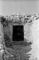 La necropoli risale alla media età del bronzo (XV ÷ XIII sec. a.C.). Comprende ca. 450 tombe a grotticella artificiale, dotate di vestibolo costituito, nella maggior parte dei casi, di un semplice pozzetto, o dotato di un dromos o corridoio (come nella foto). Le camere sepolcrali sono a pianta circolare con soffitto a volta e, in alcuni casi, nicchie alle pareti. La sepoltura avveniva per inumazione.  - Thapsos (5535 clic)