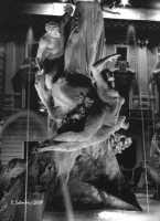 La bella fontana di Piazza Archimede, del Moschetti, è incentrata sul mito della ninfa Aretusa che, immergendosi nel fiume, venne sorpresa dal pastore Alfeo, che se ne innamorò perdutamente. La giovane ancella chiese soccorso ad Artemide che, impietosita, per sottrarla ad Alfeo la tramutò in fonte presso l'isola di Ortigia, mentre Alfeo fu trasformato in fiume.  - Siracusa (2547 clic)