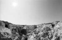 La necropoli risale alla media età del bronzo (XV ÷ XIII sec. a.C.). Comprende ca. 450 tombe a grotticella artificiale, dotate di vestibolo costituito, nella maggior parte dei casi, di un semplice pozzetto, o dotato di un dromos o corridoio (come nella foto). Le camere sepolcrali sono a pianta circolare con soffitto a volta e, in alcuni casi, nicchie alle pareti. La sepoltura avveniva per inumazione.  - Thapsos (5234 clic)