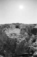 La necropoli risale alla media età del bronzo (XV ÷ XIII sec. a.C.). Comprende ca. 450 tombe a grotticella artificiale, dotate di vestibolo costituito, nella maggior parte dei casi, di un semplice pozzetto, o dotato di un dromos o corridoio (come nella foto). Le camere sepolcrali sono a pianta circolare con soffitto a volta e, in alcuni casi, nicchie alle pareti. La sepoltura avveniva per inumazione.  - Thapsos (5110 clic)