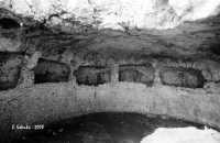 La necropoli risale alla media età del bronzo (XV ÷ XIII sec. a.C.). Comprende ca. 450 tombe a grotticella artificiale, dotate di vestibolo costituito, nella maggior parte dei casi, di un semplice pozzetto, o dotato di un dromos o corridoio. Le camere sepolcrali sono a pianta circolare con soffitto a volta e, in alcuni casi, nicchie alle pareti, come nella foto.  La sepoltura avveniva per inumazione.  - Thapsos (6322 clic)
