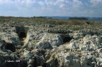 La necropoli risale alla media età del bronzo (XV ÷ XIII sec. a.C.). Comprende ca. 450 tombe a grotticella artificiale, dotate di vestibolo costituito, nella maggior parte dei casi, di un semplice pozzetto, o dotato di un dromos o corridoio, come in foto. Le camere sepolcrali sono a pianta circolare con soffitto a volta e, in alcuni casi, nicchie alle pareti.  La sepoltura avveniva per inumazione.  - Thapsos (6323 clic)