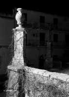 Un particolare del sagrato antistante la Chiesa Madre di San Giovanni Evangelista.  - Sortino (3865 clic)
