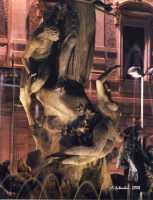 La bella fontana di Piazza Archimede, del Moschetti, è incentrata sul mito della ninfa Aretusa che, immergendosi nel fiume, venne sorpresa dal pastore Alfeo, che se ne innamorò perdutamente. La giovane ancella chiese soccorso ad Artemide che, impietosita, per sottrarla ad Alfeo la tramutò in fonte presso l'isola di Ortigia, mentre Alfeo fu trasformato in fiume.  - Siracusa (2562 clic)